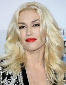gallery_big_Gwen_Stefani's_blonde_hair_and_dark_eyebrows